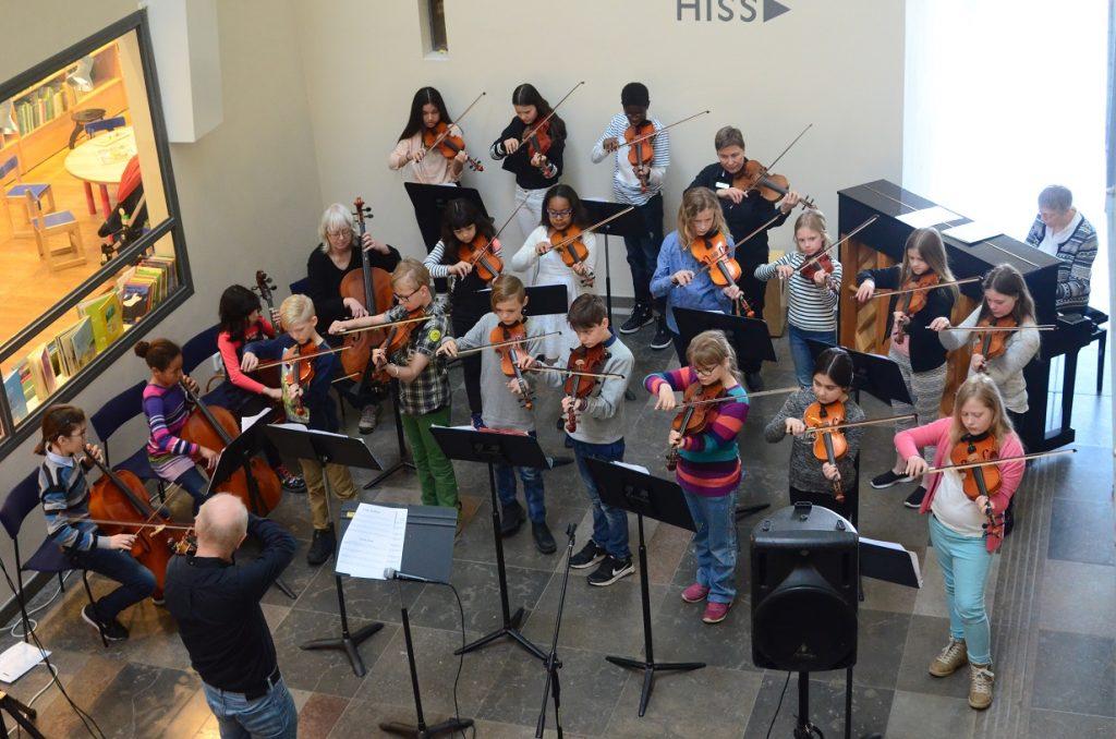 Stråkorkestern är samspelt, trots att den är sammansatt enbart för lördagens konsert i kulturhusets foajé.