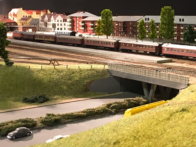 Inte bara tåg och järnväg i miniatyr ingår i anläggningen utan även vägar och bilar i tidsenliga modeller.