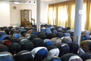 15 olika nationaliteter, alla sunnitiska rättsskolor och en och annan shiamuslim deltar i fredagsbönen i islamiska kulturcentret i Hässleholm. Kvinnorna samlas på lördagar eftersom lokalen är för trång.