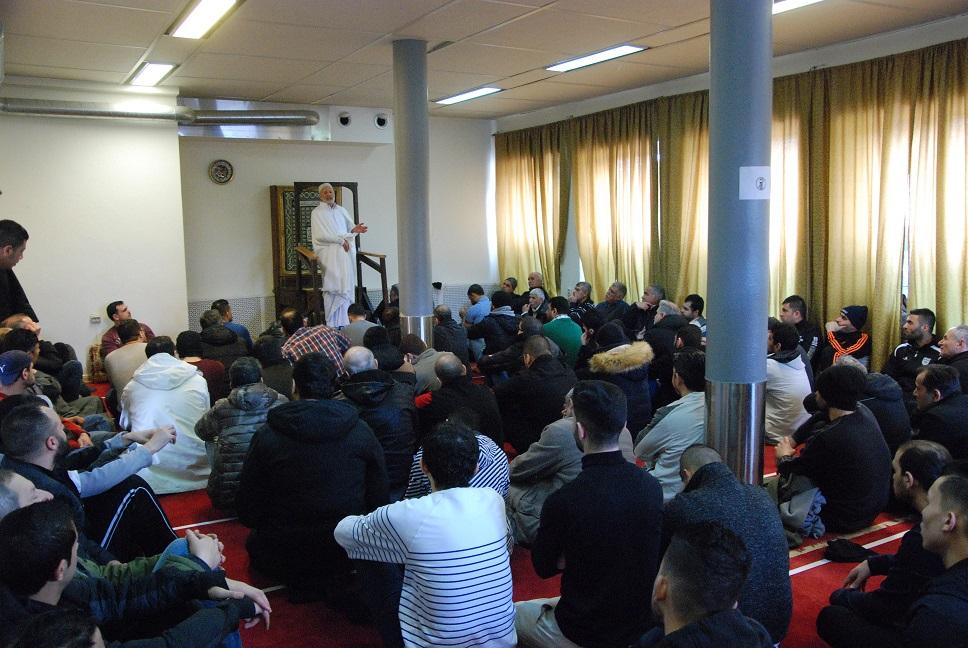 Bouzina Salah från Helsingborg är en av flera som predikar på Islamiska kulturcentret i Hässleholm. Som regel ansvarar han för två fredagspredikningar i månaden. Foto: Jonathan Önell