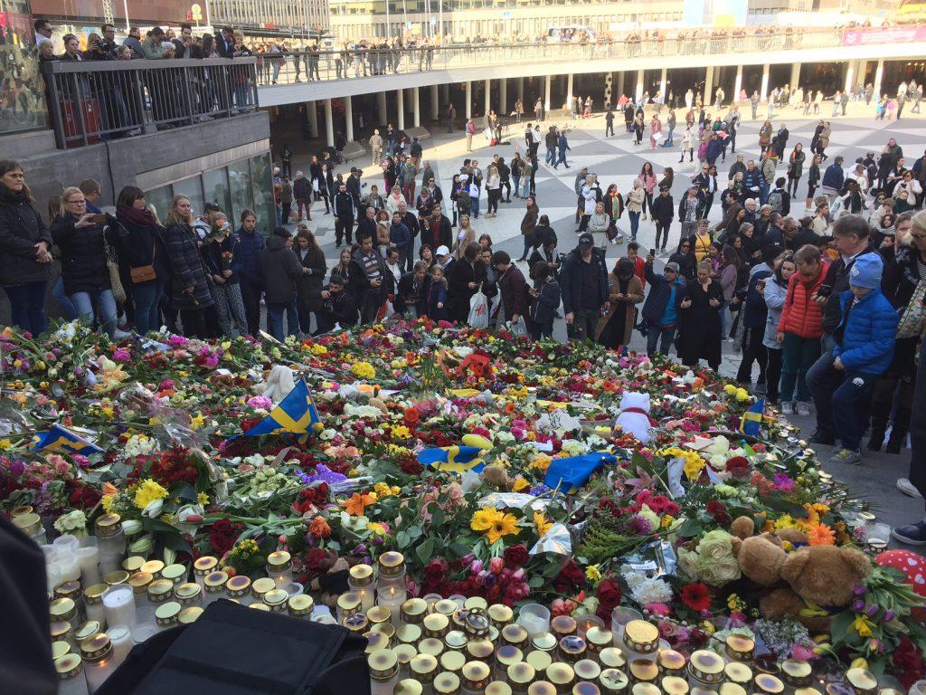 Hela trappan från Sergels torg mot Drottninggatan är fylld av blommor. Foto: Berit Önell