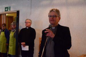 -Vi har ett gemensamt ansvar för människor, säger kyrkoherde Klas Sturesson vid invigningen av Diakonijourens nya lokaler. I bakgrunden syns Missionskyrkans pastor Dan-Inge Olsson.