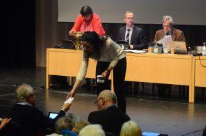 När det gällde ersättare till överförmyndaren blev det sluten omröstning med valsedlar. Foto: Berit Önell