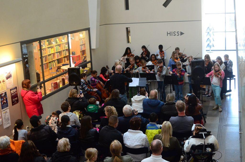 Sittplatserna tog snabbt slut när Kulturskolans elever stämde upp till konsert i Kulturhusets foajé.