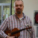 Hans Röjås som är speleman och musiklärare är son till den välkände spelemannen och musikpedagogen Jonas Röjås som grundade musikhandledarlinjen vid Härnösands folkhögskola. Hans och hans systrar brinner precis som sin far för folkmusiken.