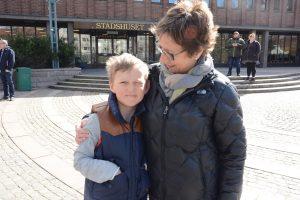 AnnKristin Olofsson och barnbarnet August Linell var med på Nytorget.