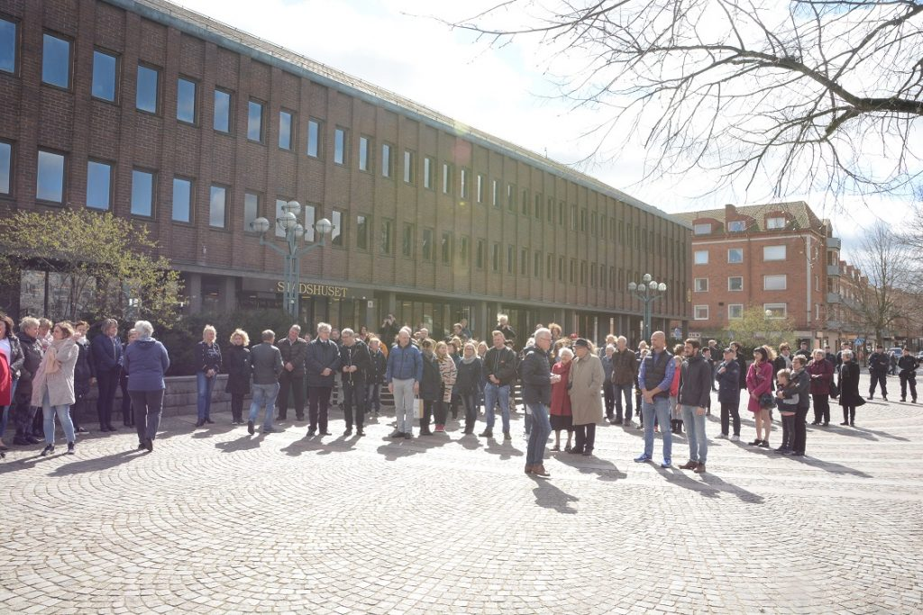 Många hässleholmare deltog  i minnesstunden på Nytorget i Hässleholm.