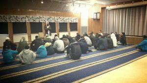 Imamen Abu al-Hareth, dömd för mordförsök mot en shiamuslim i Hässleholm, fortsätter att predika extremism.