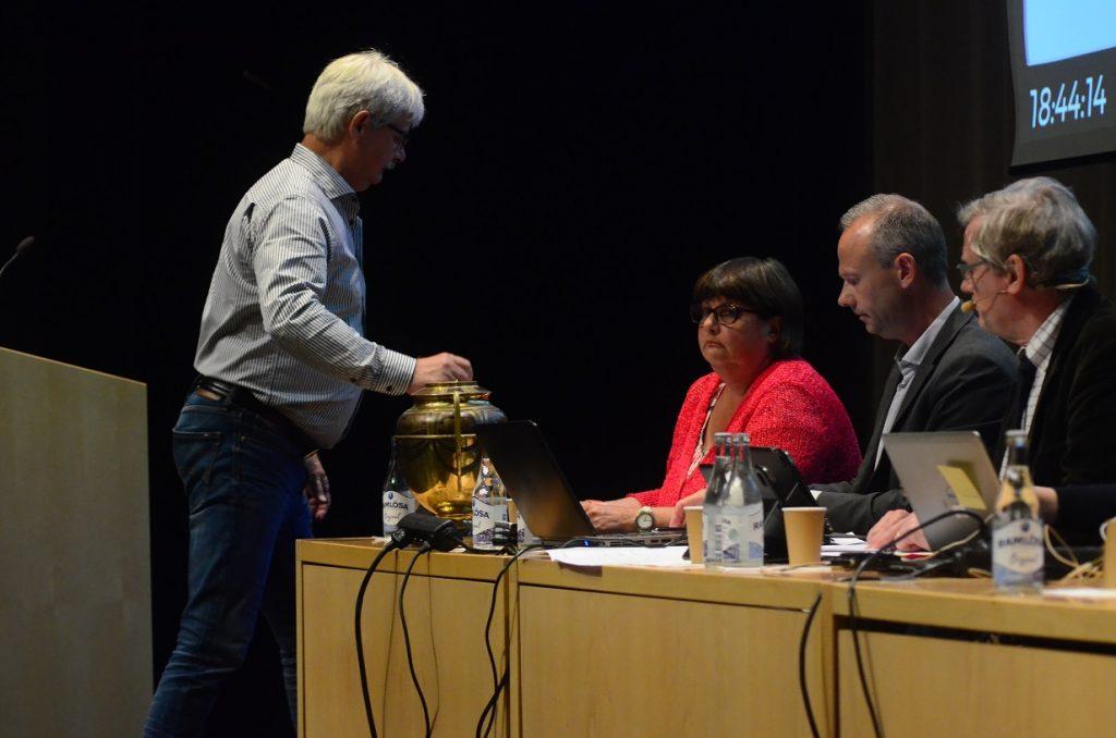 Det blev många voteringar när fullmäktige valde nya ledamöter efter en del av de sverigedemokrater som hoppade av i samband med att kommunalrådet Ulf Erlandsson tvingades avgå. Foto: Urban Önell