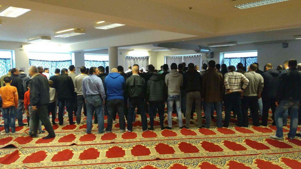 Omkring 80 personer deltog i fredagsbönen i Ljusets moské i Hässleholm vid Frilagts besök. Foto: Jonathan Önell