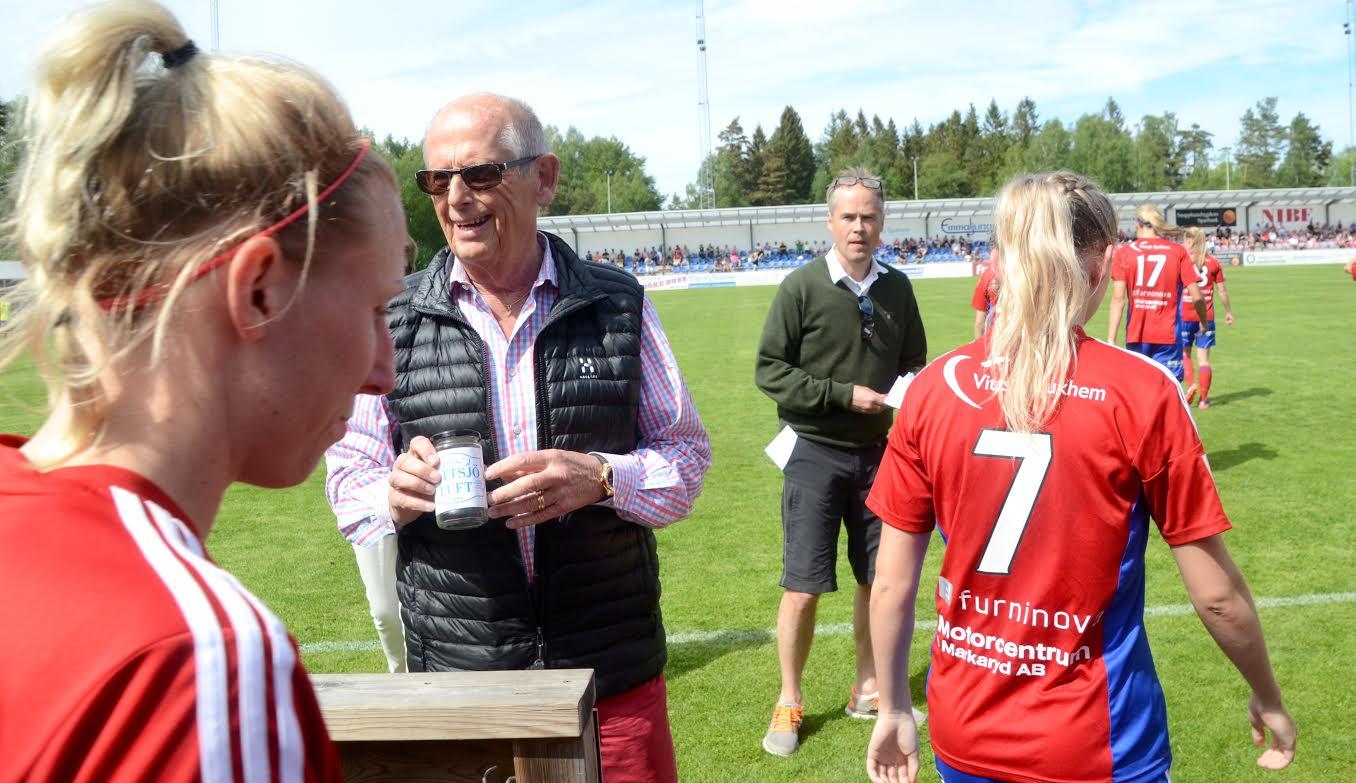 Miljardären, före detta Vittjöbon och numera även läktarmessenaten Olof Stenhammar hade en burk med Vittsjöluft med sig när han mötte Vittsjös tjejer. Foto: Anders Thall/knallofall.se