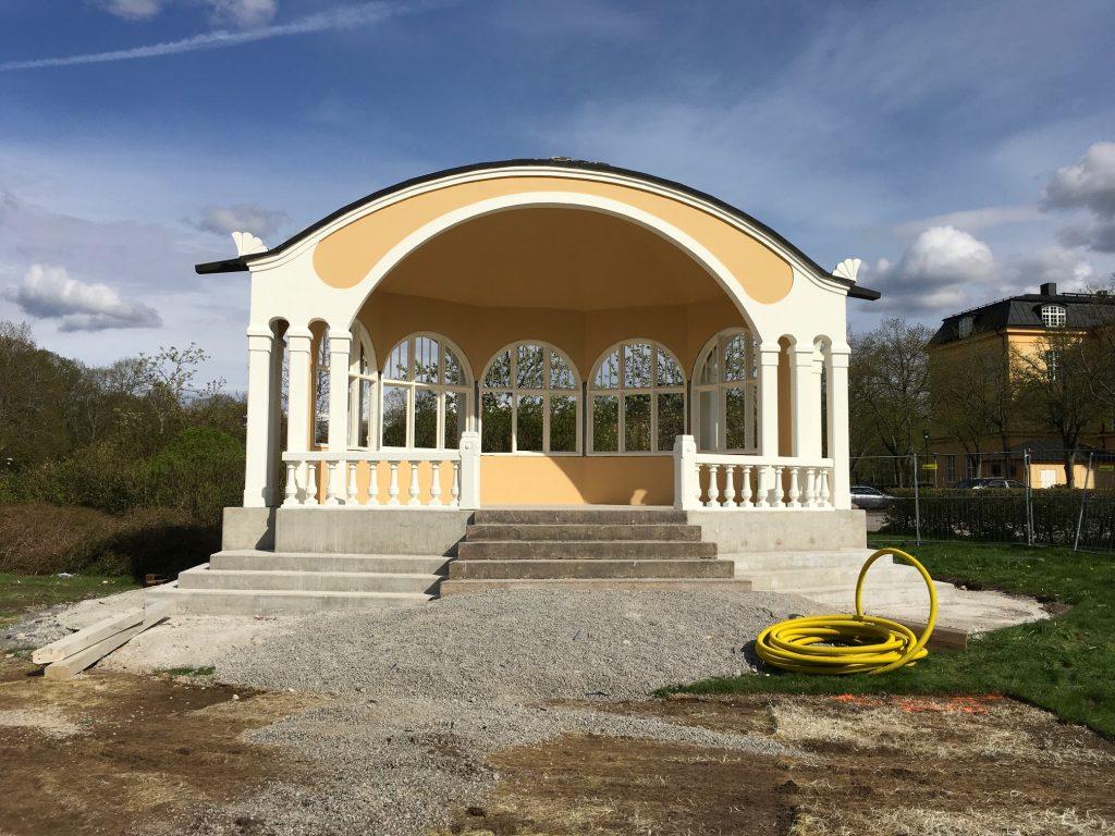 Den nya paviljongen är nu avtäckt. Vissa detaljarbeten återstår innan det är dags för invigning den 24 maj.