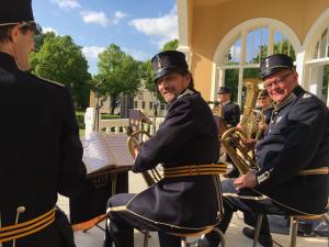 Brunnssextetten spelade militär marschmusik iklädda T4:s paraduniformer.