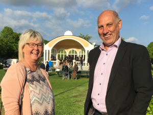 Lena Wallentheim (S) och Robin Gustavsson (KD) gladdes åt den nya paviljongen.