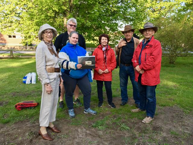 Evert Storm, till höger, och Leif Henningsson var drivande i kampen för att bevara paviljongen i Officersparken, här tillsammans med Rosita Forsberg, Sven-Inge och Marita Henriksson och Victoria Pehrsson.