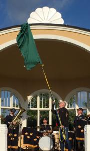 Pär Palmgren fick rycka rejält i det blågula bandet för att avtäcka solrosen på paviljongens tak.