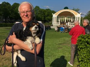 Bo Håkansson och hunden Ida njöt av musiken i paviljongen.