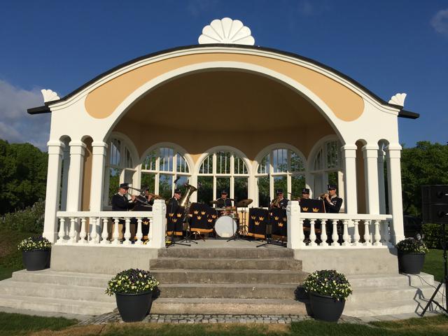 Den nya paviljongen invigdes med Brunnssextetten i T4:s paraduniformer och den renoverade solrosen på taket. Foto: Lotta Persson