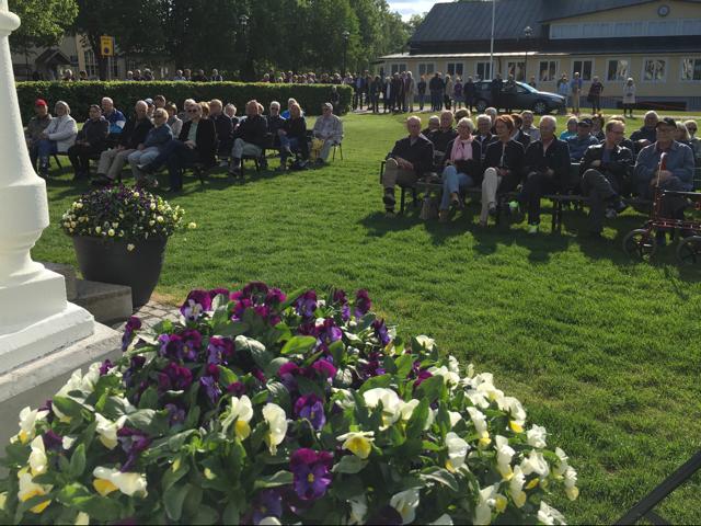 Knappt 200 personer fanns i publiken, de flesta stående bakom gräsmattan som ännu inte var helt stabil.