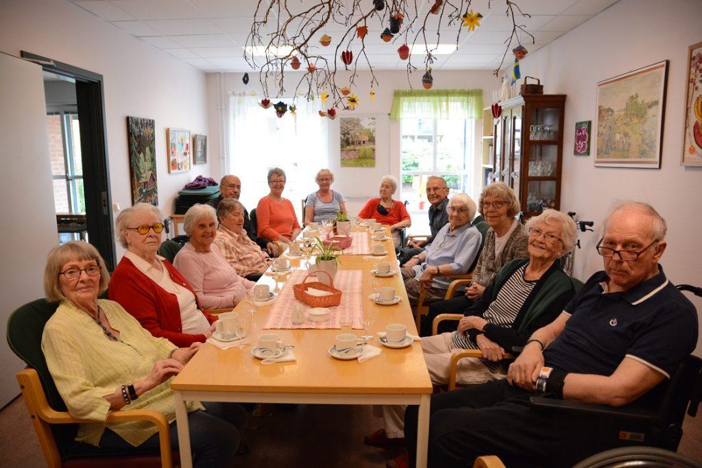 Tiotalet pensionärer på Ehrenborg firade på onsdagen sin tavla tillsammans med personal, frivilligarbetare och inbjudna paviljongaktivister.