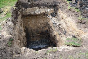 I groparna syns olika lager av förorenad jord och en tydlig lukt känns.