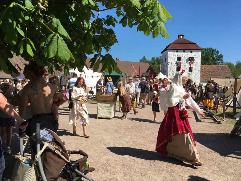 När medeltiden kom till Hovdala i helgen blev det folkfest. liksom tidigare år med kombinationen av marknad, mängder av aktiviteter och SM i tornerspel.
