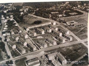 På vykortet över Hässleholm från 1950-talet syns den nedlagda soptippen på den plats där Qpoolen ligger idag. Någon byggnad för tillverkning av bekämpningsmedel eller sanering av möbler går dock inte att se.