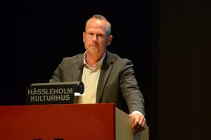 Patrik Jönsson (SD) var arg och kallade bland annat de rödgröna för jätten Glufsglufs eftersom de ville ha både förste och andre vice ordförandeposterna i nämnderna.