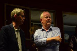 Fritidschefen Stefan Larsson, till vänster, är Moderaternas nye kandidat till ordförande i barn- och utbildningsnämnden, här tillsammans med Pär Palmgren vid måndagens kommunfullmäktige.
