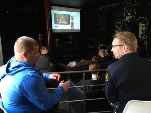 Ungdomarna samlade inför filmvisning. Magnus Eliasson, ordningsvakt, och Mattias Östling, räddningstjänsten, samtalar.