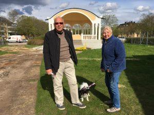 Kaj Gummesson och Gunilla von Ritter, med hunden Kamille, 8 år, var nyfikna på den just avtäckta paviljongen.