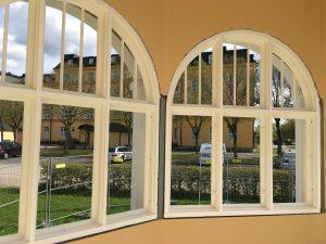 Fönsterbågarna kommer inte att glasförses på grund av risk för skadegörelse.