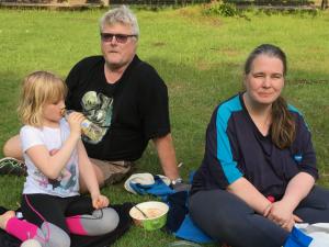 Bland aktivisterna som picknickade i Officersparken fanns Sven-Inge och Maritha Henriksson med dottern Ellinor.