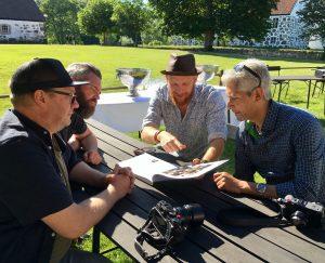 Fotograferna och kollegorna (från vänster) Håkan Kogg Röjder, Emil Malmborg, Daniel Nilsson och Hussein El-alawi summerar intrycken ute i solen.