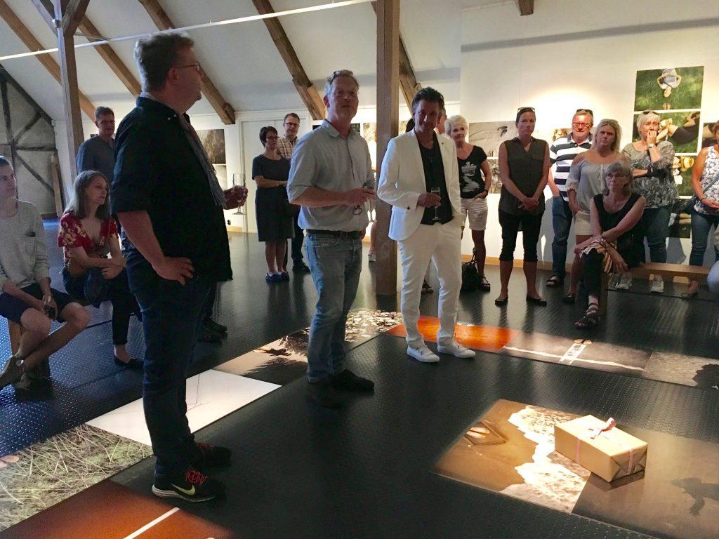 Lars Dareberg (t v), fotojournalist som gjort projektfilmen, vernissagetalade innan han och Jens Olsson (mitten), Hovdalas slottschef, tillsammans med Jörgen Johansson (t h) skålade alla välkomna till utställningen.