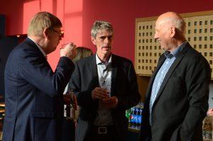 Robin Gustavsson (KD), till höger, blir kommunalråd och förste vice ordförande i kommunstyrelsen, Stefan Larsson, i mitten, blir ordförande i barn- och utbildningsnämnden, här tillsammans med Christer Caesar. Foto: Urban Önell