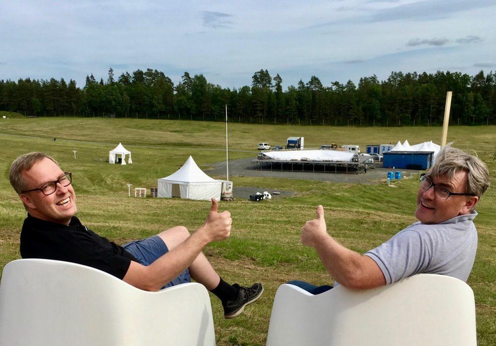 Två nöjda festivalgeneraler gör tummen upp, Mats Gunnarsson (t v) och Jonas Johansson.
