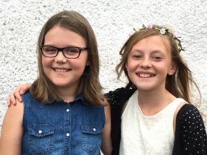 Kompisarna Leah Jannerstig (t v) och Matilda Bodén har trivts utomordentligt på skolan i Västra Torup.