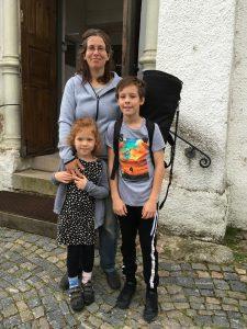 Ludvig von Post, 10 år, var en av de duktiga som idag också spelade; här med mamma Linda och lillasyster Vilja, 5 år. Ludvig,som liksom alla tredjeklassare, måste lämna V Torup, har valt att börja på Engelska skolan till hösten. -Har trivts jättebra här, men den nya ska också bli spännande, ler Ludvig.