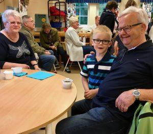 Mormor Laila och morfar Leif Jeppsson med sjuårige Melvin Rydzén Johansson. Melvin har stortrivts i skolan, men nu hägrar Gröna Lund.