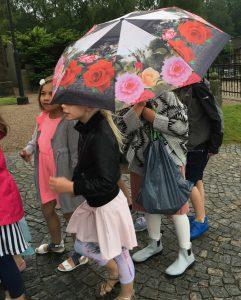 Vad gör regnet när det finns så fina regnkläder och vackra paraplyer?
