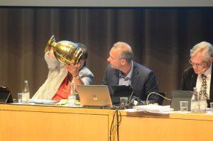 Även denna gång kom urnan för röstning via valsedlar till användning, från vänster Irene Nilsson (S), Patrik Jönsson (SD) och Douglas Roth (M). Foto: Urban Önell