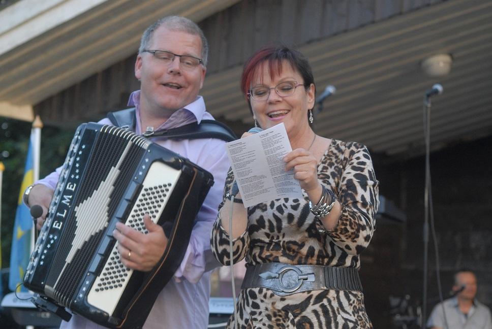 Stefan Persson och Lotte Riisholt trivdes med att sjunga och spela ihop. Foto: Urban Önell