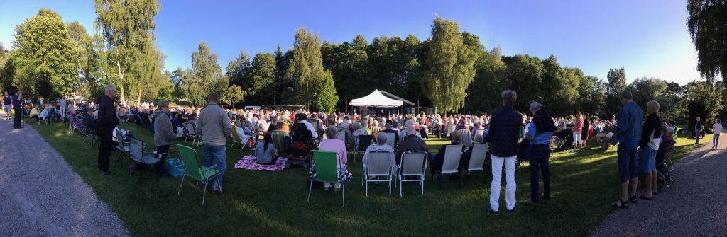 Uppskattningsvis nära 1 000 personer kom till premiären av 25-årsjubilerande allsångskvällarna i Åparken. Foto: Lotta Persson