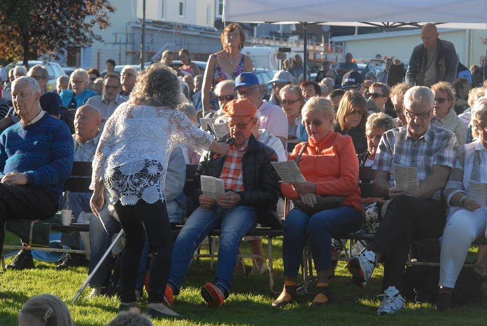 Karin Wrambjer gick runt och såg till att publiken var med på noterna. Foto: Urban Önell