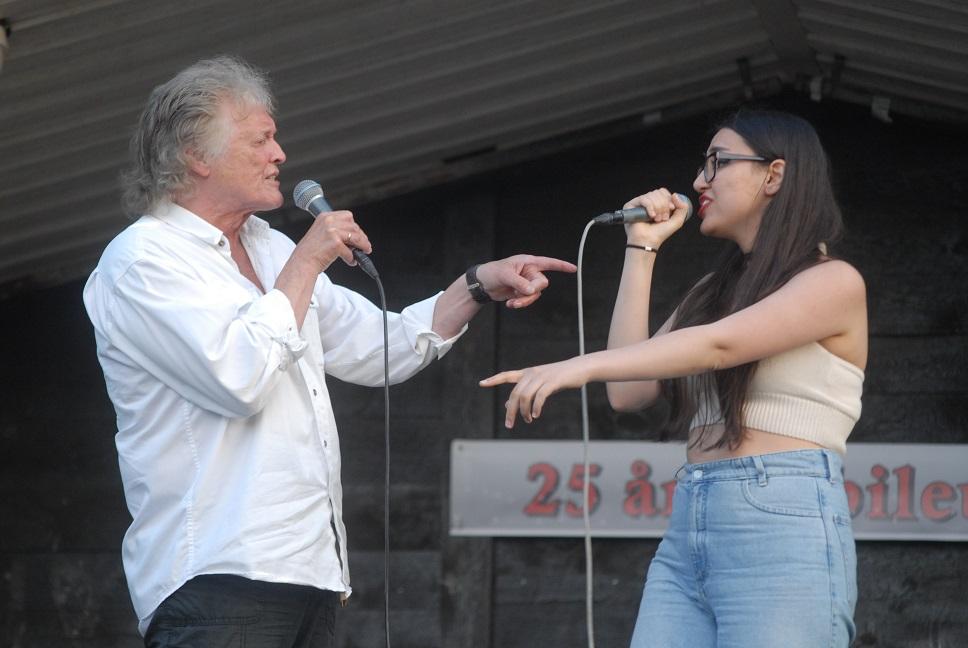 """Rockprinsen Leffe Carlsson ger järnet i en svängig duett med Leen Hachichou, som ursprungligen kommer från Syrien, men trots att hon bara bott i Sverige i några år kunde sjunga """"Sånt är livet"""" på perfekt svenska. Foto: Urban"""