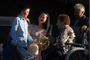 Elisabeth Wrambjer överlämnade en spettekaka som tack för familjen Vuongs insatser under allsångskvällen.