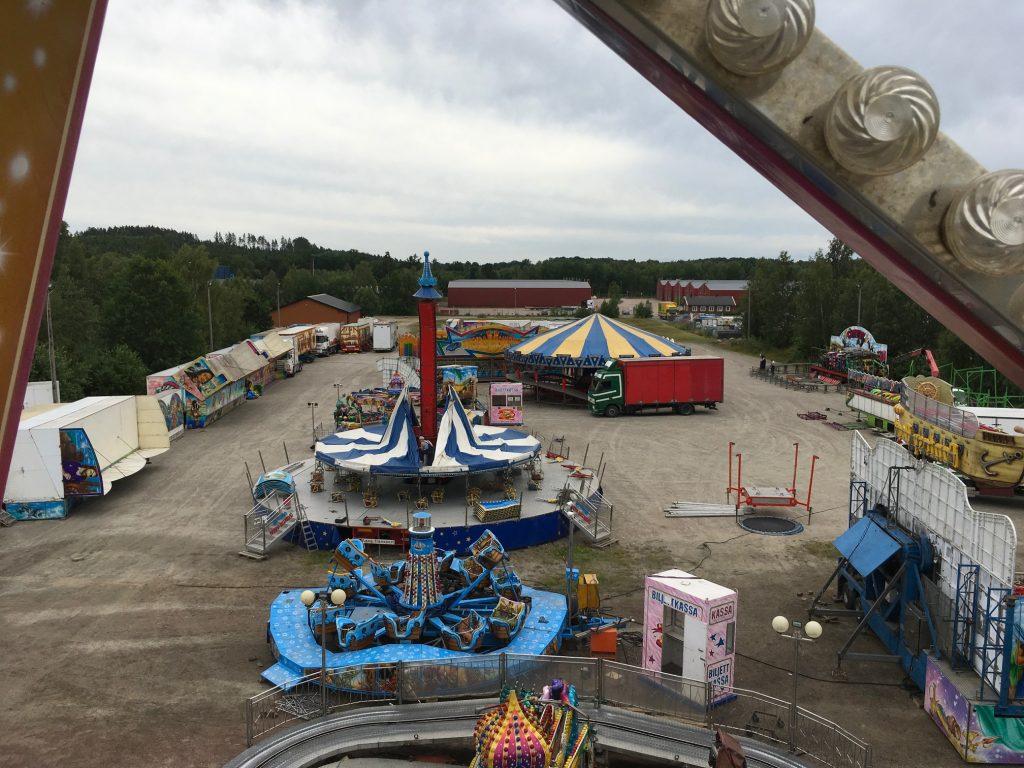 Delar av det blivande tivoliområdet sett från ovan. Frilagt fick testa åka i det just klara pariserhjulet och få lite fågelperspektiv.