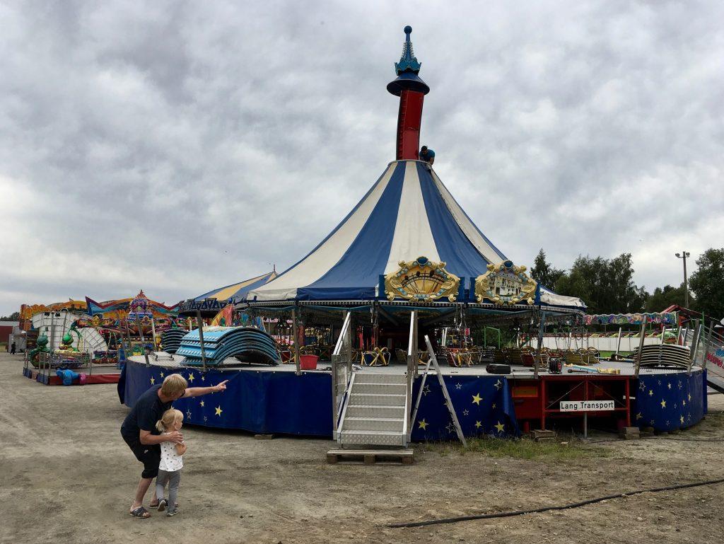 Ronny Björklund och barnbarnet Wilma passade på att titta på medan karusellerna gjordes i ordning inför Hästveda marknad. Imorgon kanske det blir en tur?