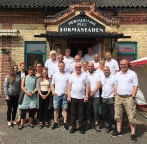 Ledningsgruppen med marknadsgeneralen Agne Nilsson, i solglasögon längst fram i mitten, är nu redo för årets marknadsdagar.